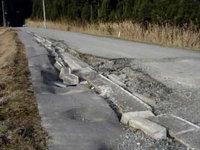 写真:補修の進んでいない道路