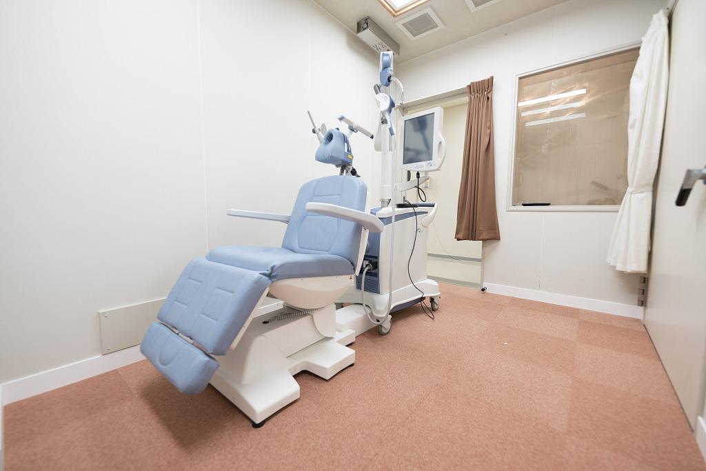 写真:経頭蓋磁気療法室